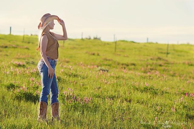 žena na venkově s kloboukem