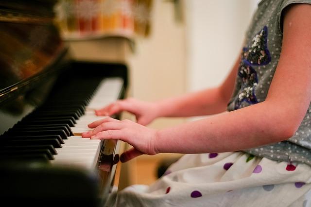 hra na klavír.jpg