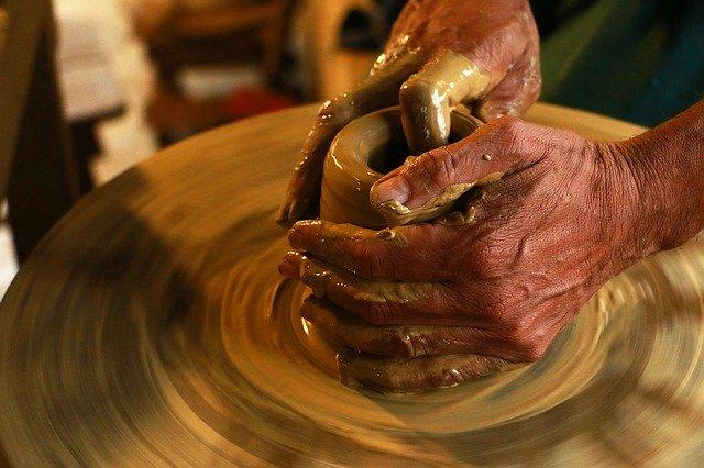 výroba hlinenej nádoby.jpg