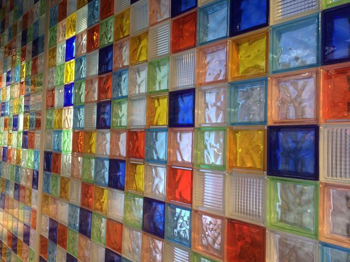 Stena vyskladaná z farebných kociek skla.jpg