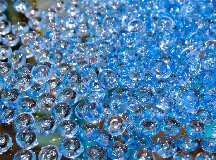 Detail na sklenené guličky na kope.jpg