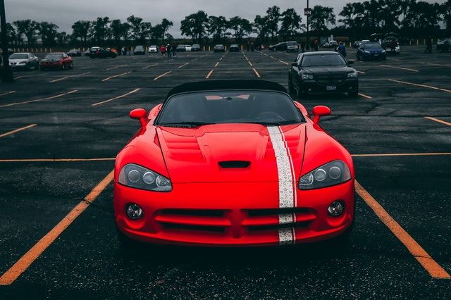 červené športové auto.jpg