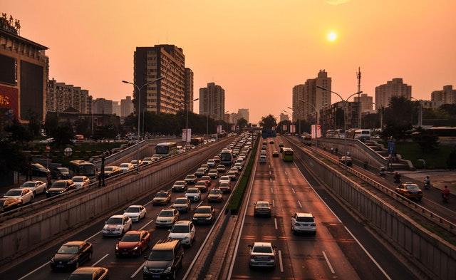 veľa áut na ceste.jpg