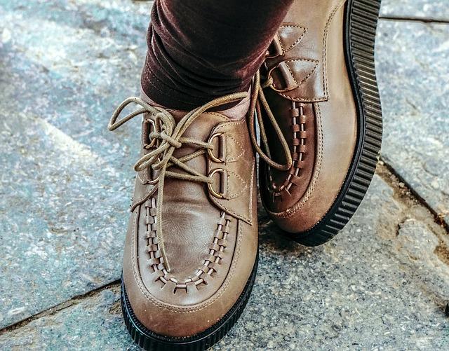 Mužské nohy v hnedých masívnych topánkach.jpg