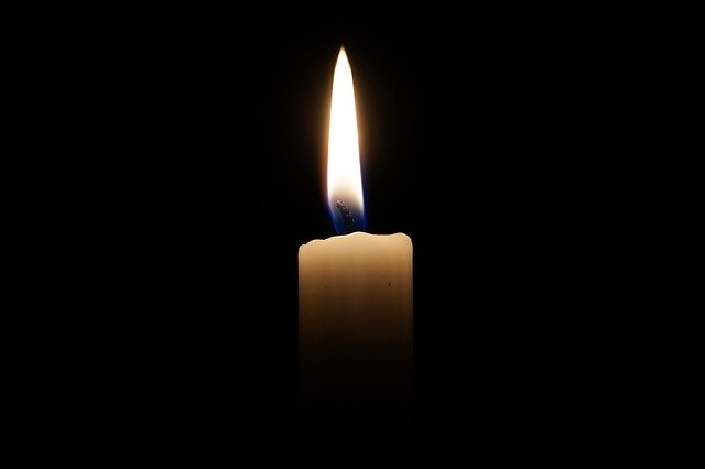 sviečka v tme