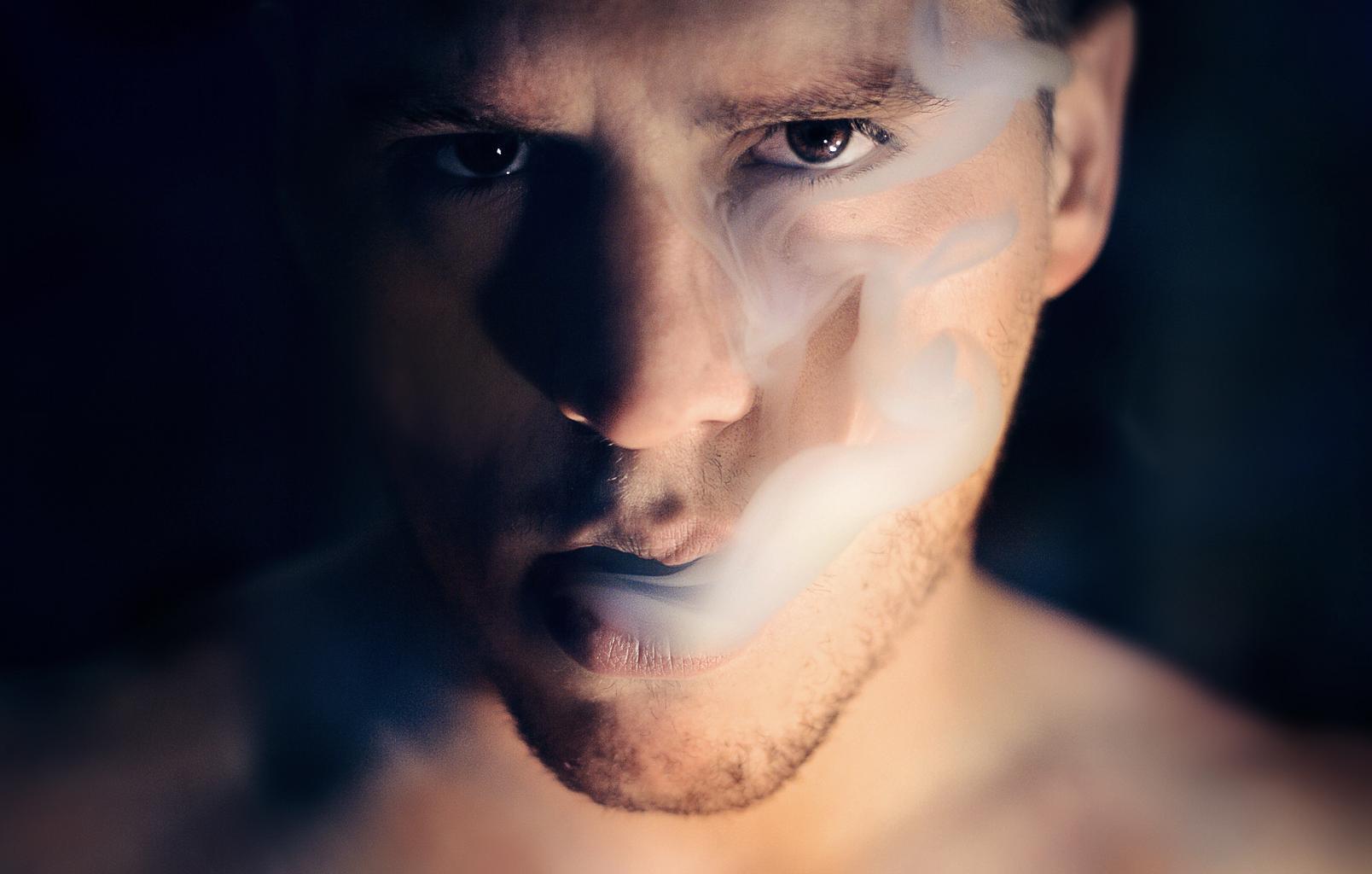 muž, cigaretový dym