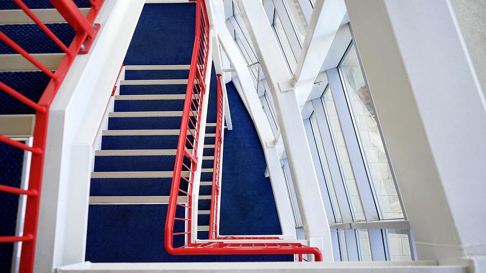 schodisko, červené zábradlie